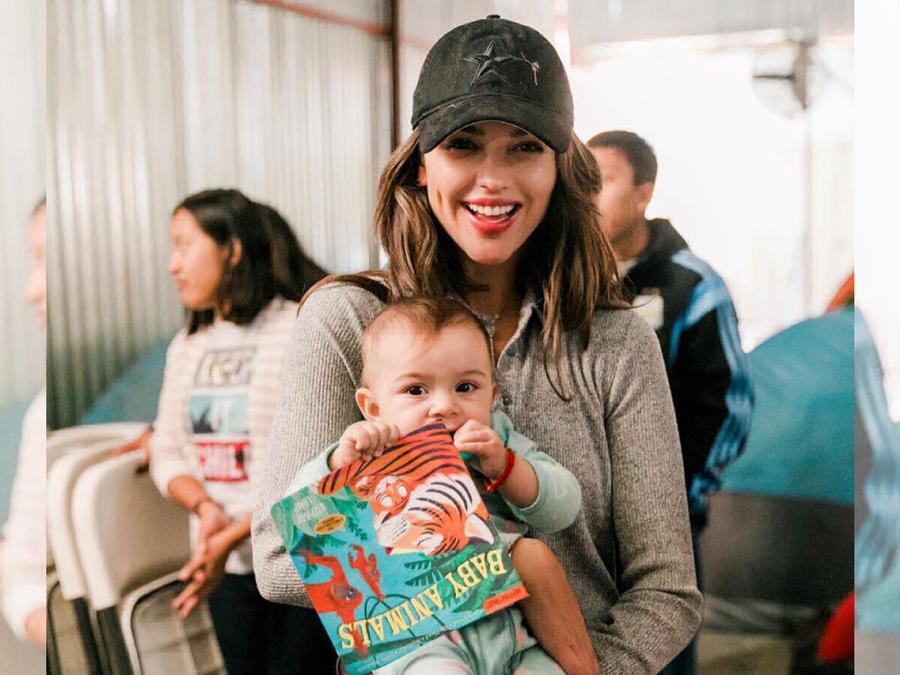 Eiza González en un asilo de inmigrantes en Tijuana, México