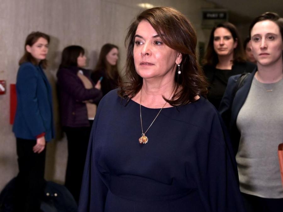 La actriz de Los Soprano Annabella Sciorra se retira de la corte en Manhattan este jueves luego de declarar durante el juicio de Harvey Weinstein que el productor de cine la violó a mediados de los 90.