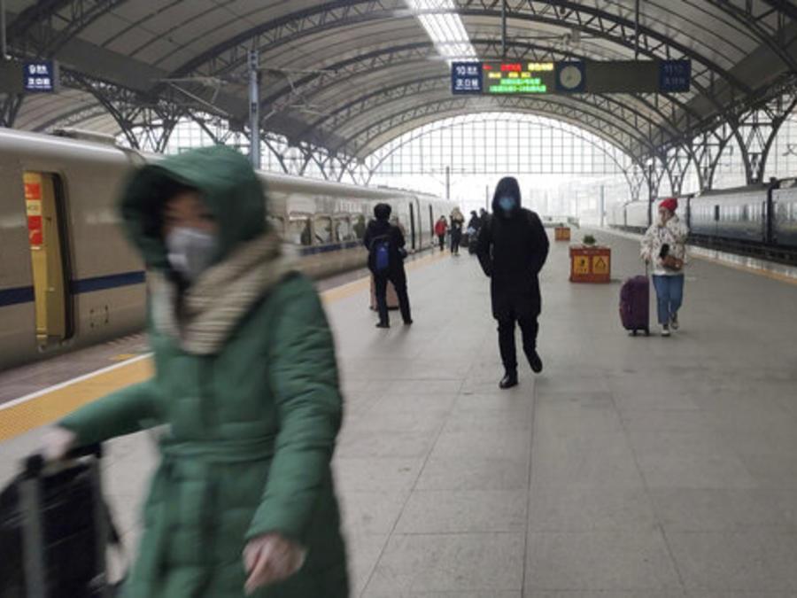 Pasajeros ferroviarios en la estación de trenes Jankou de Wuhan, China justo antes de que se cerrara el acceso a ella como medida para evitar la propagación de un peligroso virus.