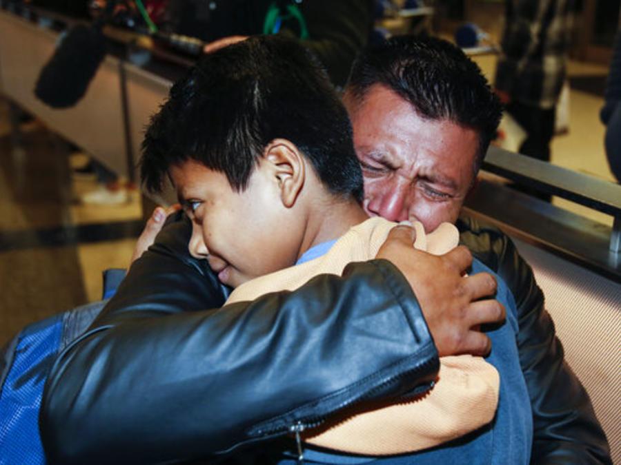 David Xol-Cholom, un migrante guatemalteco, abraza este miércoles a su hijo Byron al reunirse con él en Estados Unidos después de que la administración Trump los separó durante un año y medio.