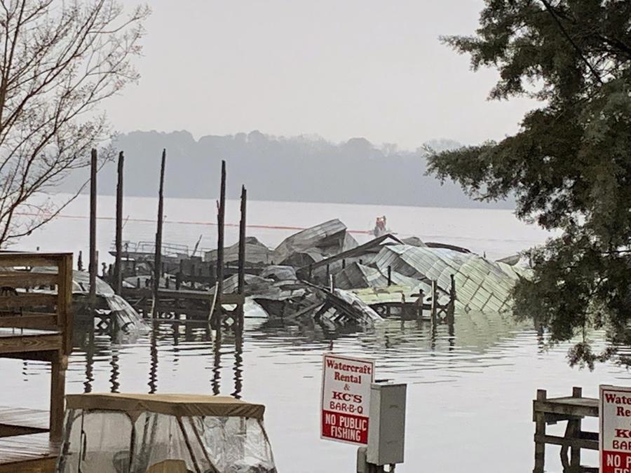 Los restos de un muelle donde al menos 35 embarcaciones, muchas de ellas casas flotantes, fueron destruidas por un incendio el lunes 27 de enero de 2020 en Scottsboro, Alabama.