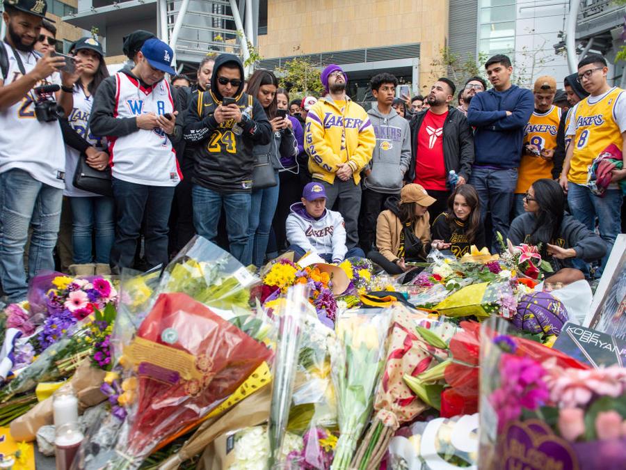 Fanáticos se reunen en Los Ángeles para recordar a la estrella de los Lakers Kobe Bryant.