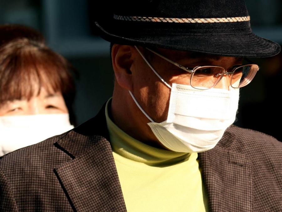 Las personas usan máscaras como protección contra el coronavirus en Wuhan, China.