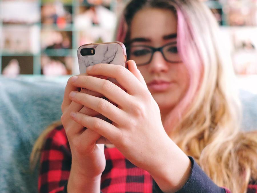 Adolescente en el celular