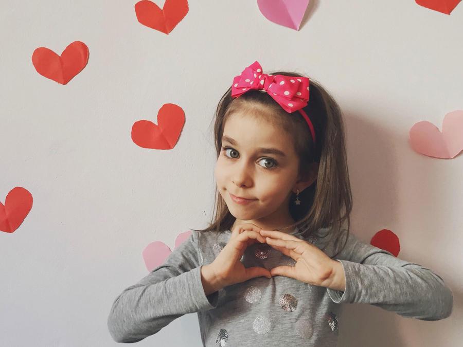 Niña con corazones