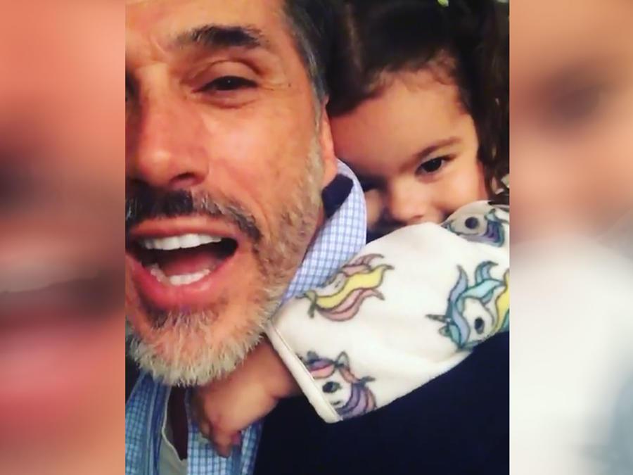 Sergio Mayer con su nieta