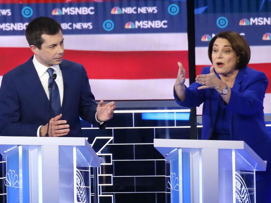 Amy Klobuchar y Pete Buttigieg durante el noveno debate demócrata en Las Vegas.