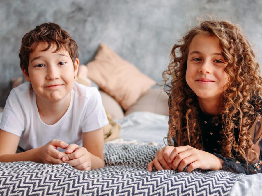 Hermanos niño y niña