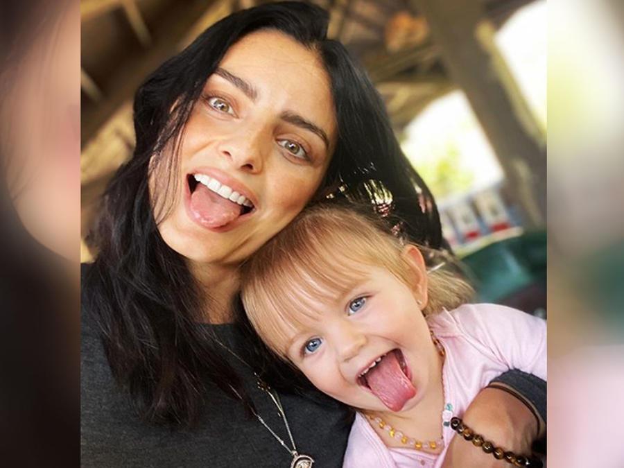 Aislinn Derbez y su hija Kailani sacando la lengua