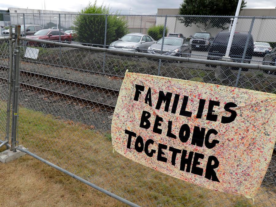 Cartel en centro de detención para que familias permanezcan juntas en una imagen de archivo.