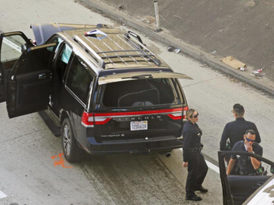 La carroza fúnebre robada cerca de Los Ángeles con un ataúd dentro, tras el accidente que sufrió en una autopista de la ciudad durante una persecución policial.