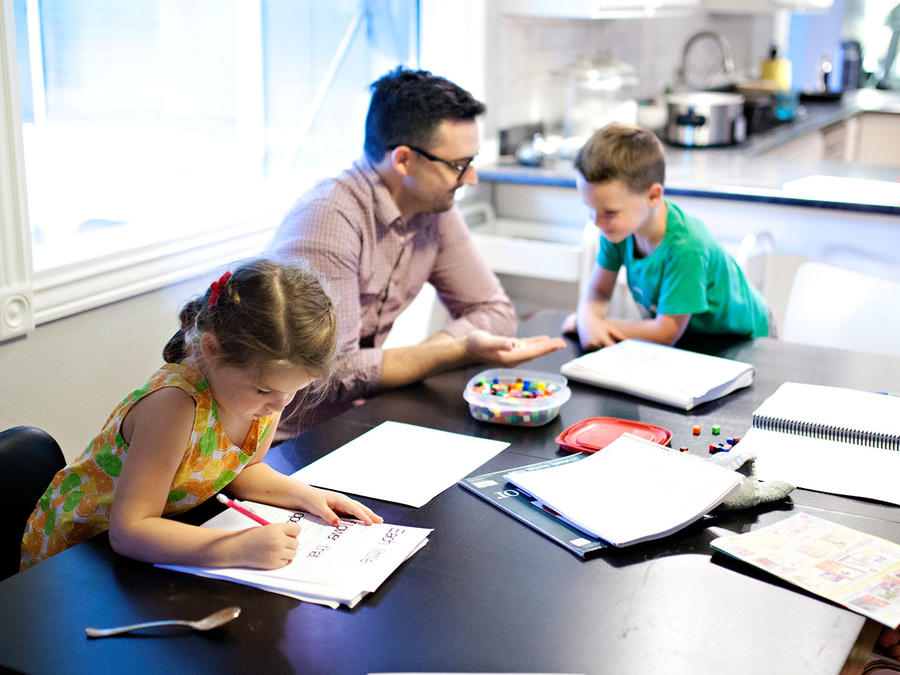 Niños estudiando en casa