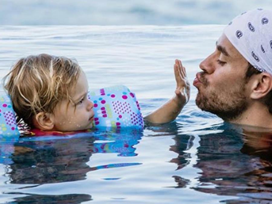Enrique Iglesias con  su hijo
