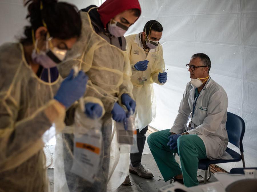 Doctores realizan pruebas para detectar el coronavirus al propio personal médico de un hospital en el Bronx, Nueva York.