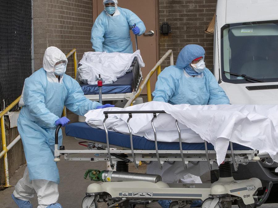 Personal médico retira cuerpos de personas fallecidas en el Wyckoff Heights Medical Center, en Brooklyn.