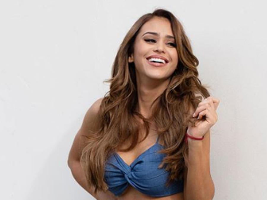 Yanet García posando sexy