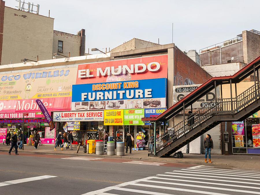 Tiendas con carteles dirigidos a los clientes en espaòol en el Bronx, en Nueva York.