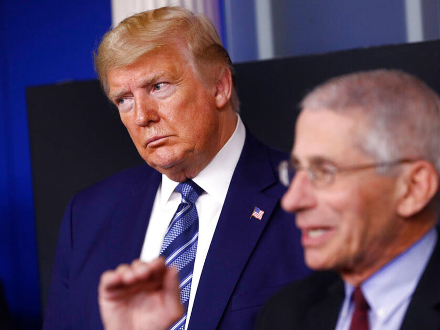 El presidente Donald Trump y el doctor Anthony Fauci en conferencia de prensa.
