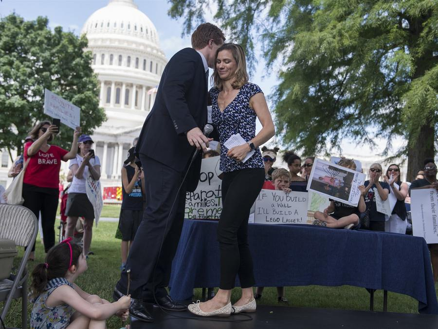 Maeve Kennedy McKean saluda a Joe Kennedy, demócrata de Massachusetts, durante una manifestación en el césped del frente este del Capitolio para condenar la separación y detención de familias en la frontera de Estados Unidos y México el 21 de junio de 201