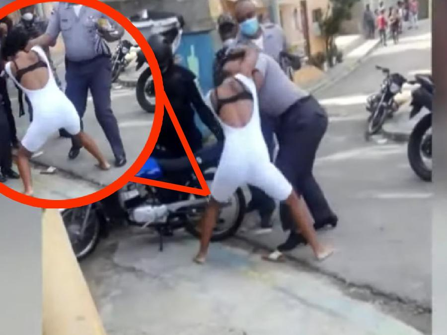 mujer pelea república dominicana policía
