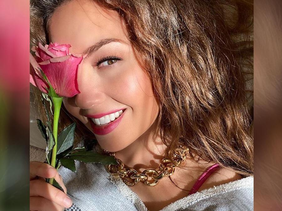 Thalía sonriendo y posando