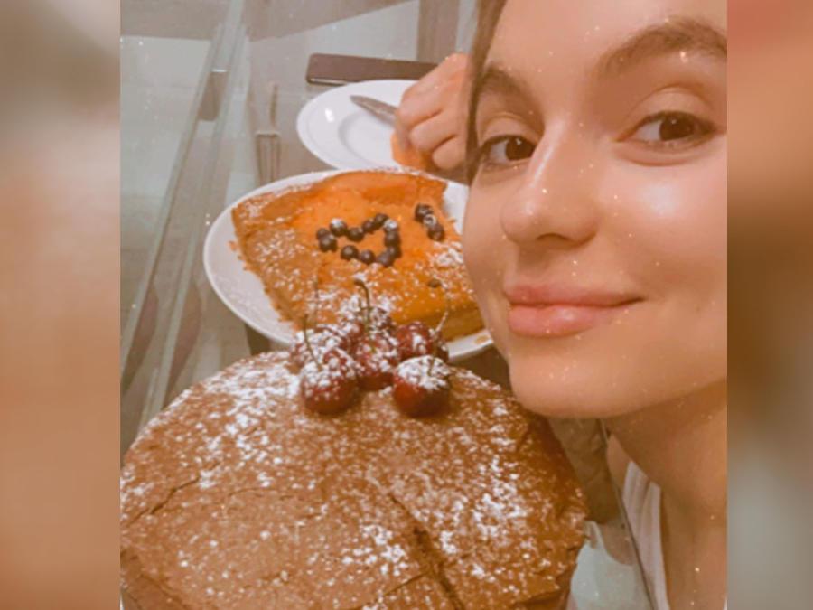 Sofía Castro con su pastel