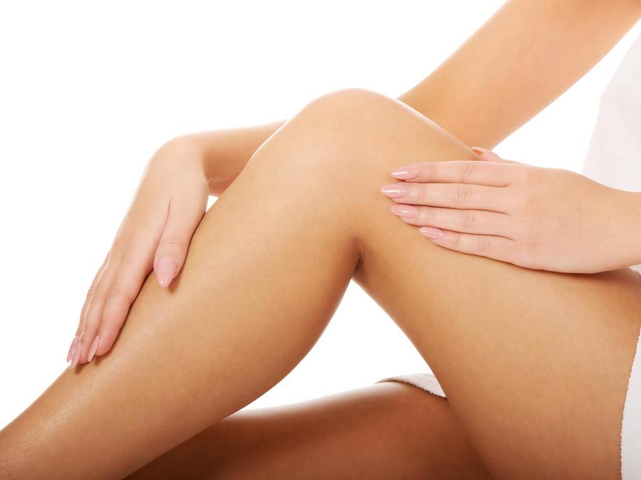 mujer cuida sus piernas