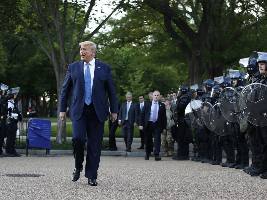 El presidente Trump pasa junto a la policía en el Parque Lafayette en Washington