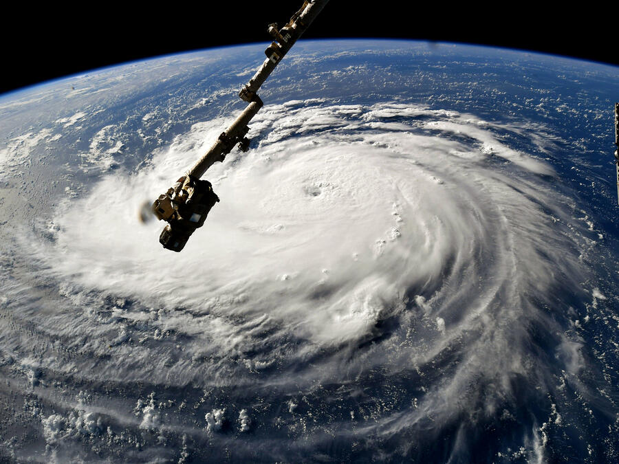 La escala de huracanes va de la Categoría 1 a la 5. Cuando el viento de la tormenta alcanza las 74 mph o 119 kmh, se considera huracán.