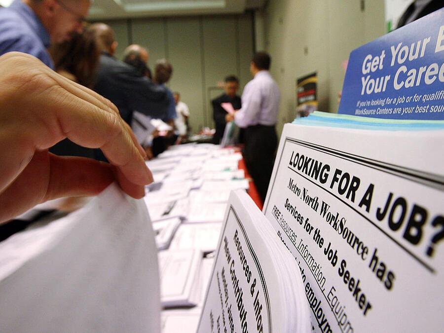 Solicitantes de empleo miran ofertas de trabajo en un WorkSource de Los Ángeles (California).