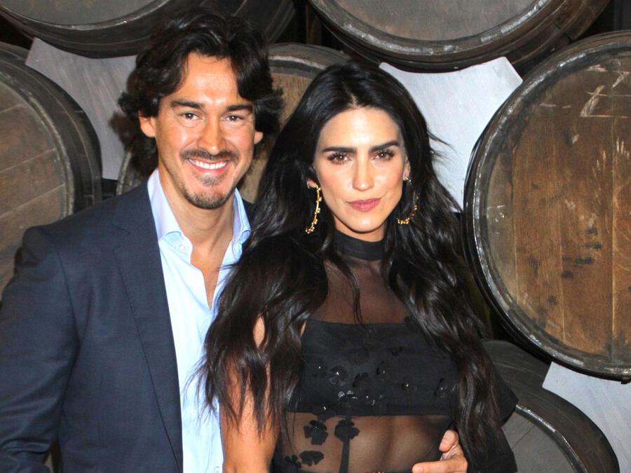 """Bárbara de Regil y su esposo en la presentación de la serie """"Monarca"""""""
