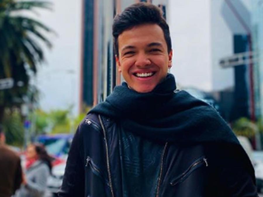 Sebastián Athié posando sonriendo