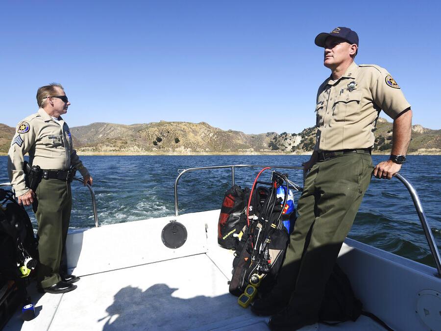 Autoridades del condado de Ventura durante la operación de búsqueda de Naya Rivera, este viernes en el lago Piru, California.