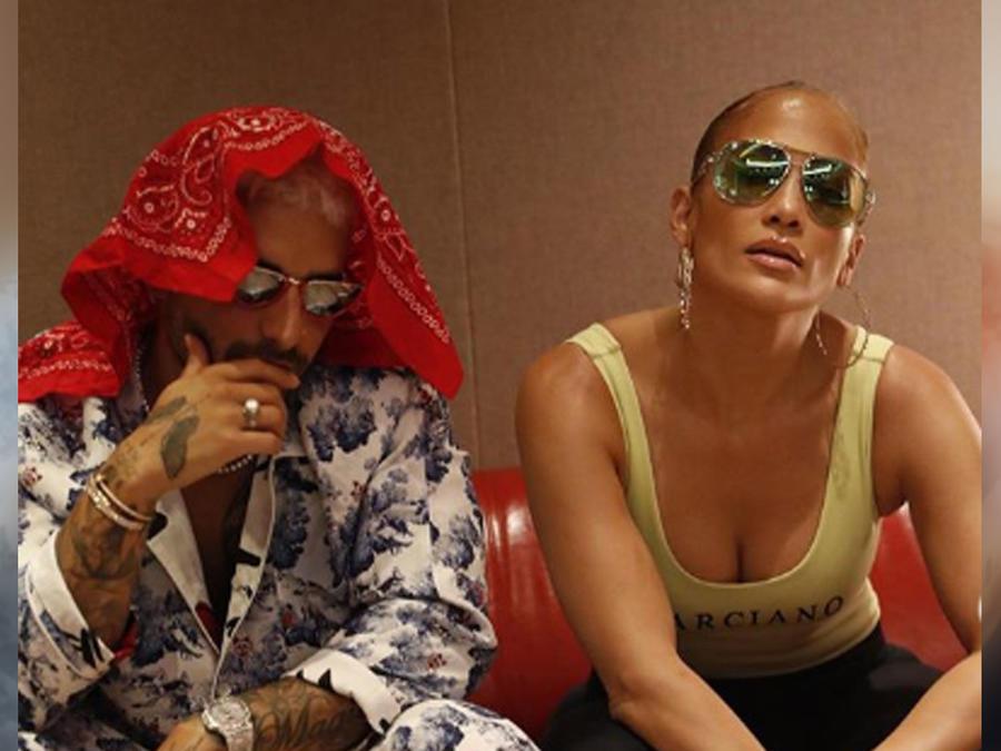 Jennifer Lopez y Maluma posando