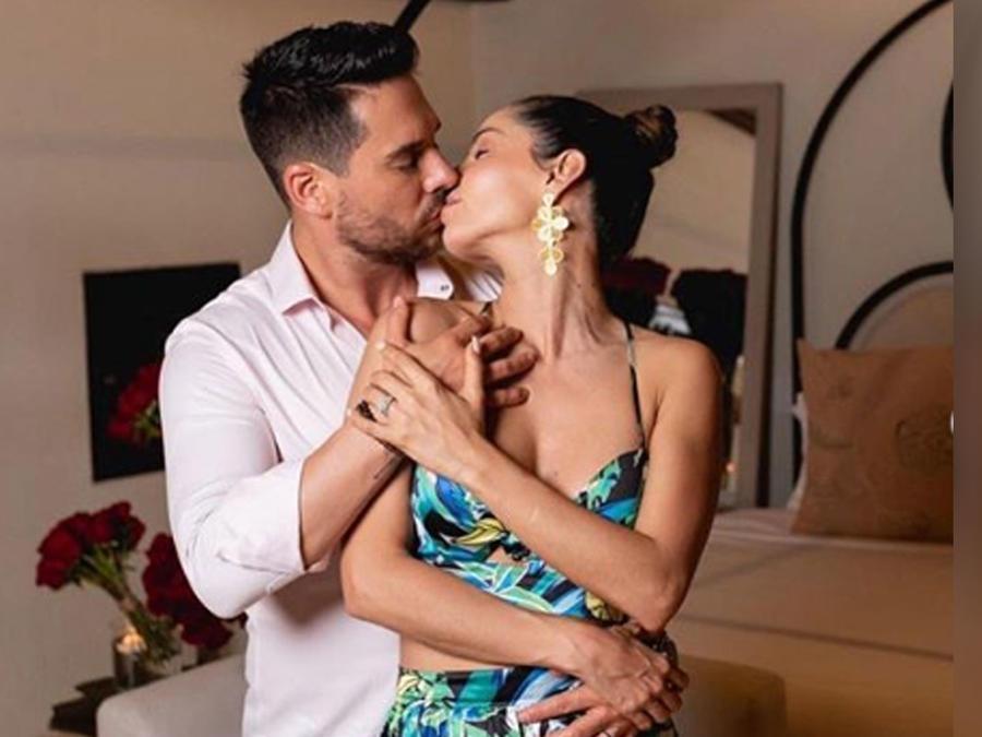 Carmen Villalobos y Sebastián Caicedo posando juntos besándose