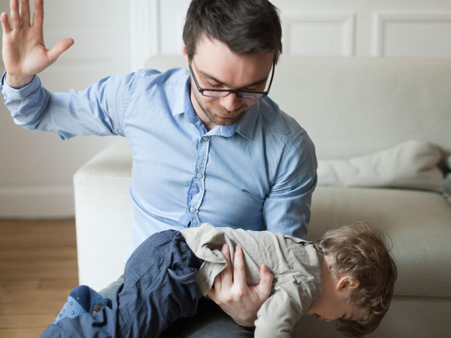 Padre nalgueando a su hijo