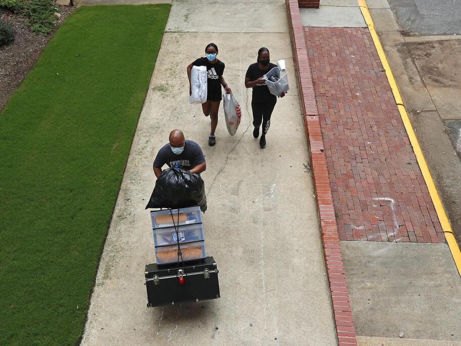 Estudiantes universitarios regresan a la escuela para el semestre de otoño en la Universidad de Carolina del Norte