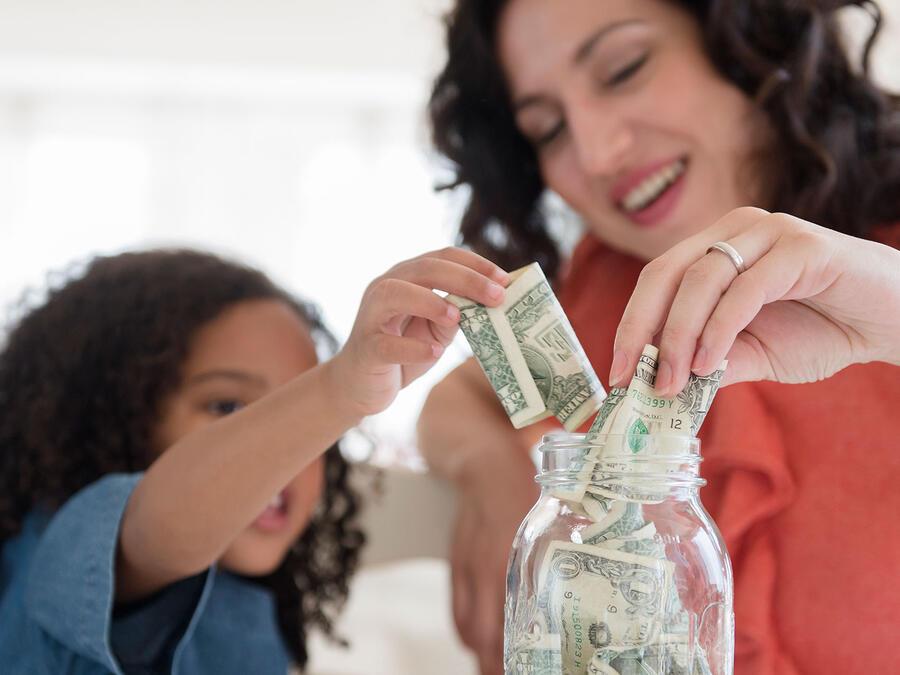 Mamá e hija ahorrando