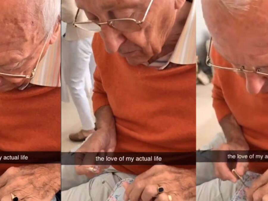 Abuelito pinta las uñas de su nieta