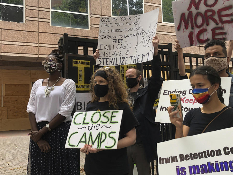 Dawn Wooten, a la izquierda, es la enfermera que acusó a un doctor de realizar histerectomías sin consentimiento a migrantes detenidas en Georgia.