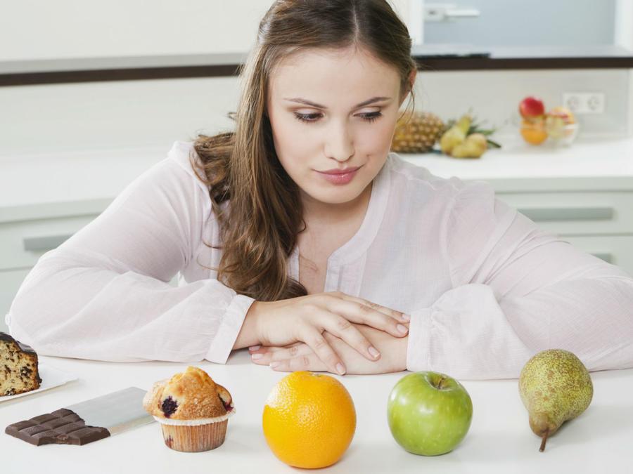 Mujer eligiendo sus alimentos