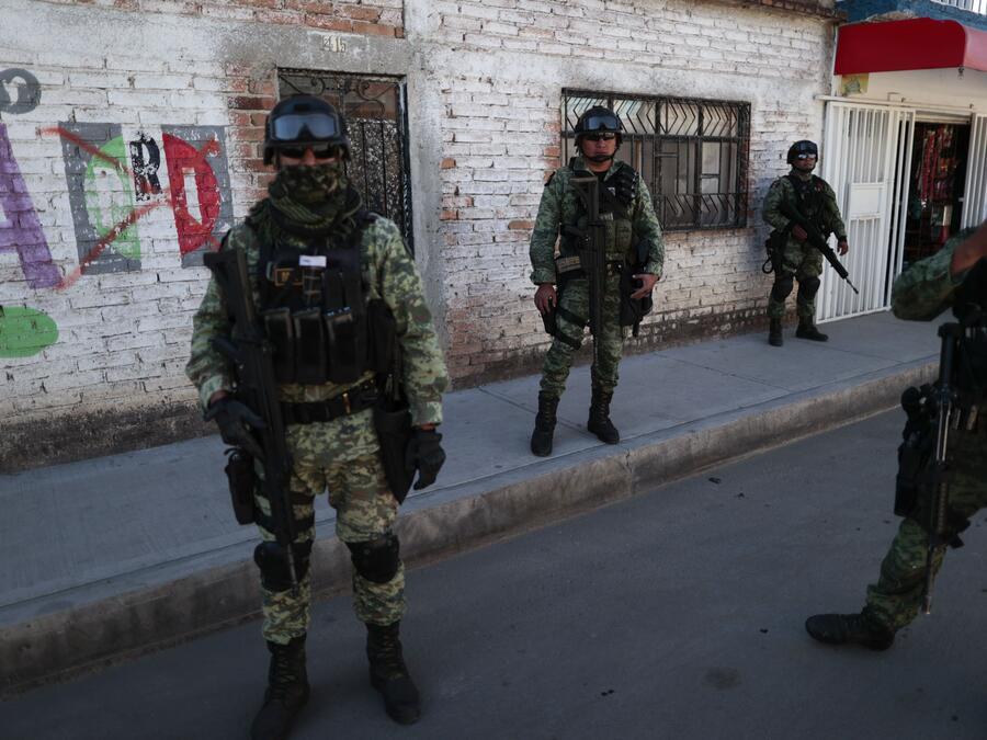 Soldados patrullan un barrio de Irapuato.