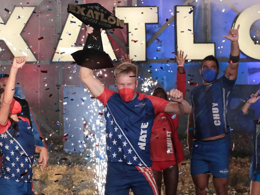 Nate festeja con su trofeo