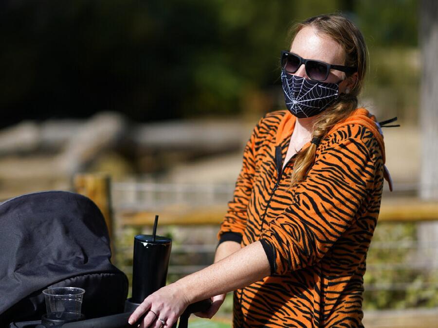 Una mujer lleva un disfraz de Halloween que contempla una mascarilla para protegerse del coronavirus en Denver, Colorado.