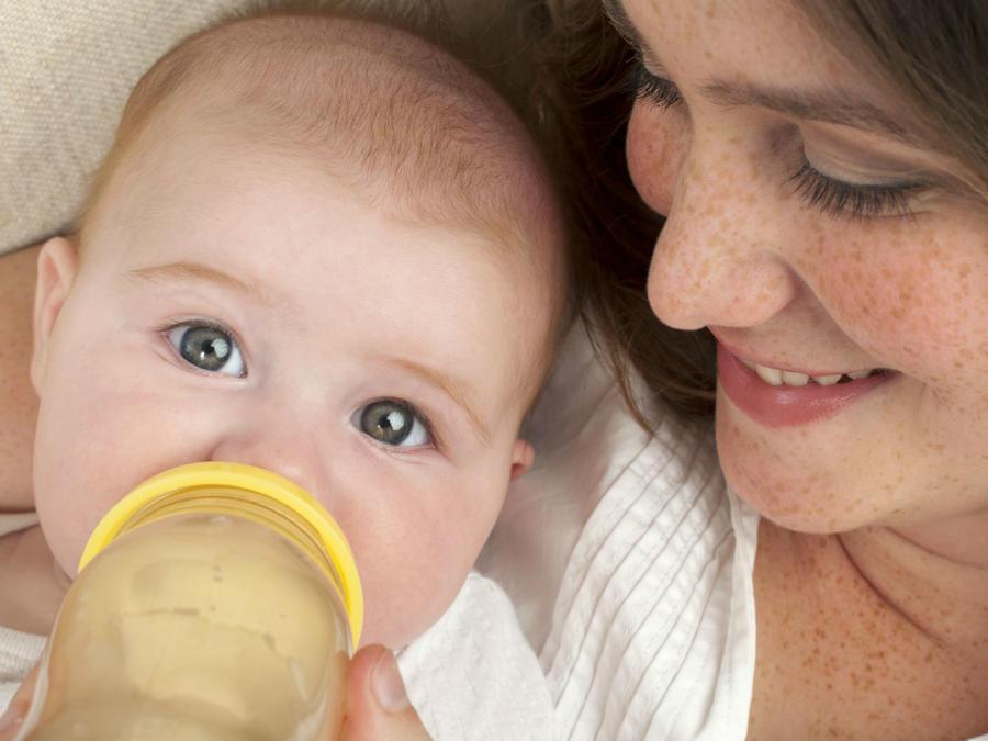 Mujer alimentando a su bebé