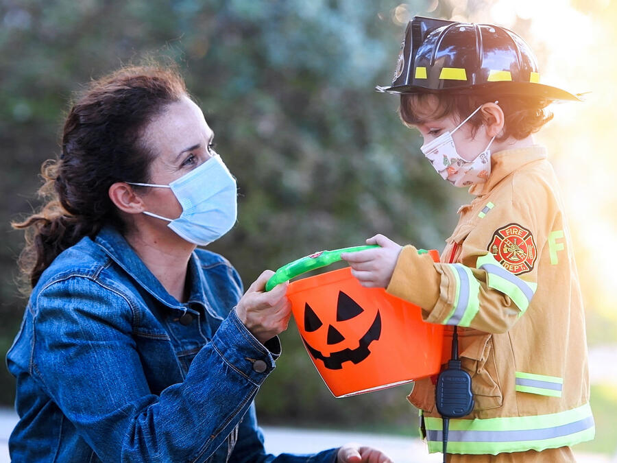 Mujer con su hijo en Halloween