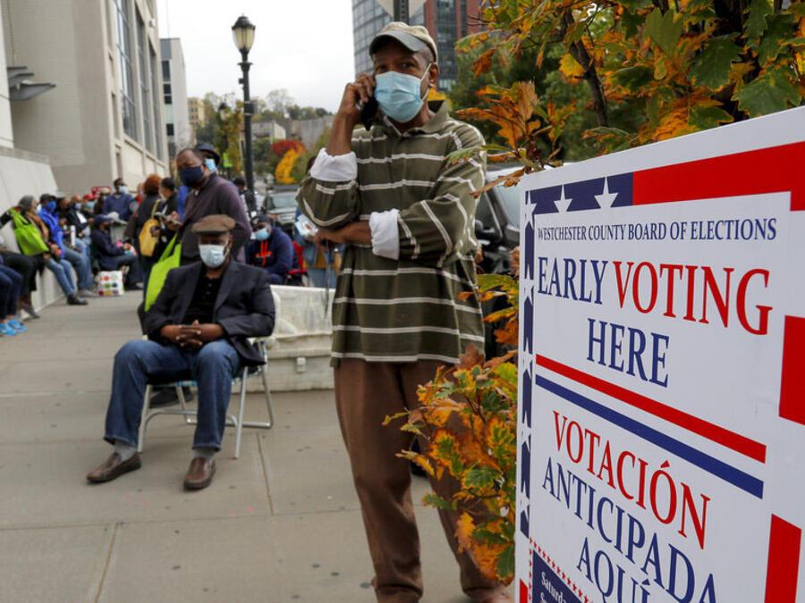 Ciudadanos hacen fila para votar en un centro en el condado de Westchester, en Nueva York, más de una semana antes de las elecciones.