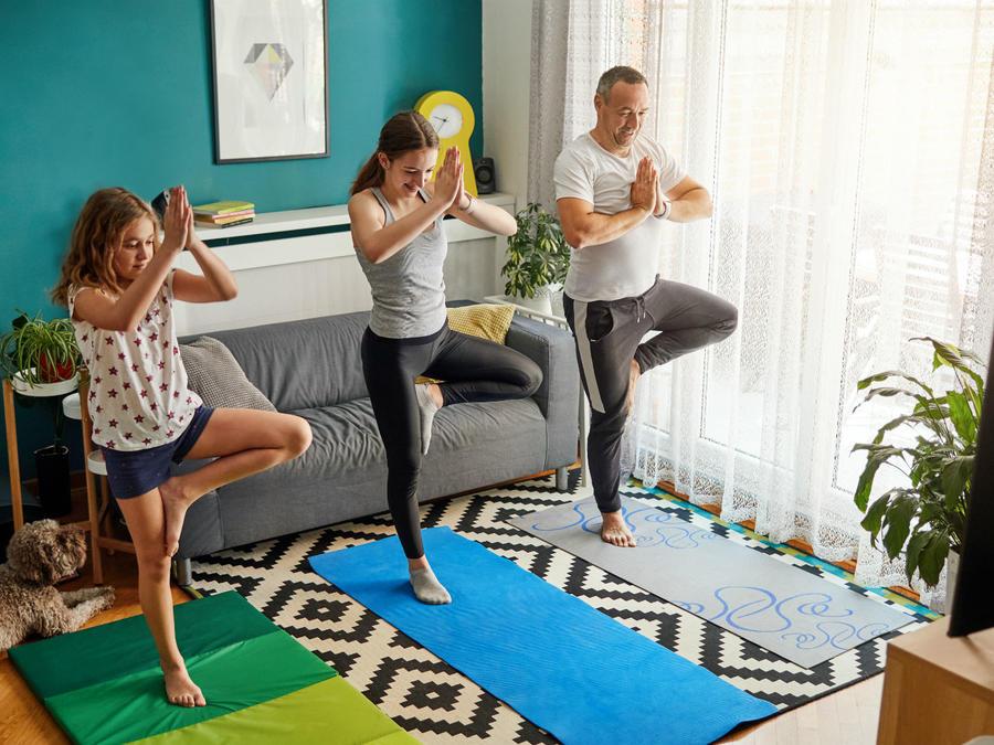 Familia haciendo ejercicio