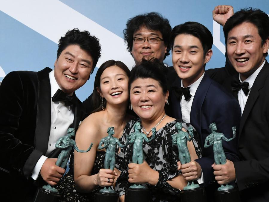 Kang-Ho Song, Park So-dam, Bong Joon-ho, Lee Jung Eun, Lee Sun Gyun y Choi Woo-shik elenco de 'Parasite' en los SAG Awards 2020
