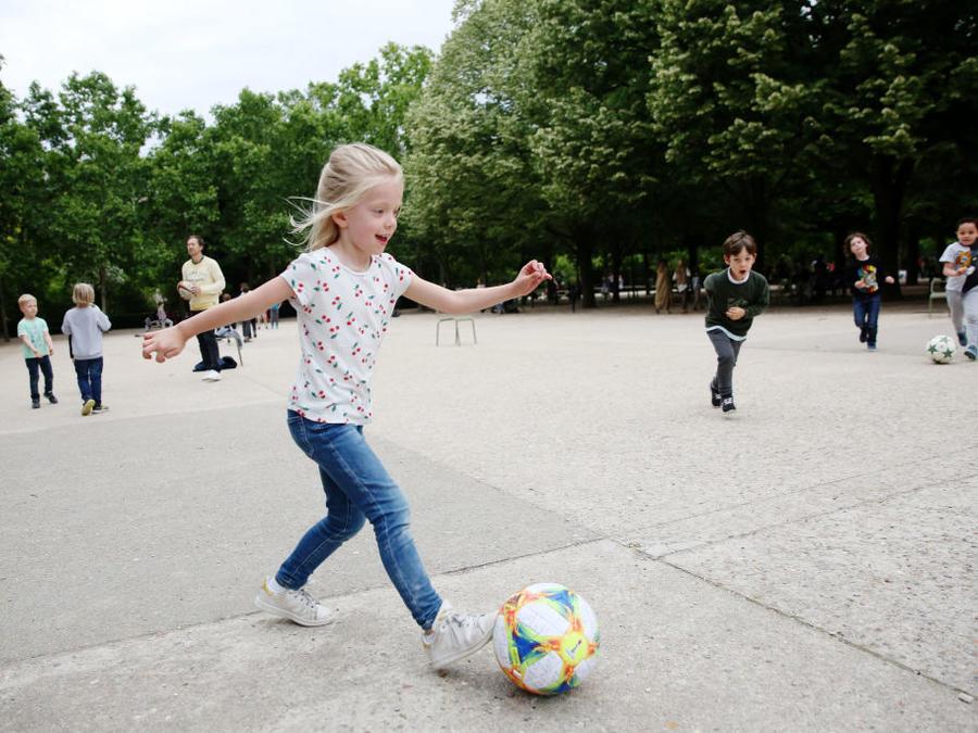 Niñas juegan al fútbol en París, Francia.